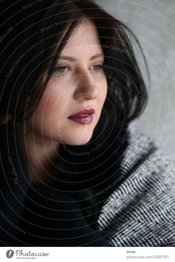 Kristina feminin Frau Erwachsene 1 Mensch Mantel schwarzhaarig langhaarig beobachten Denken Blick dunkel schön selbstbewußt Coolness Wachsamkeit Vorsicht