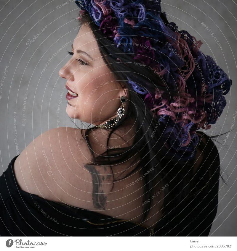 Kristina feminin Frau Erwachsene 1 Mensch Künstler Schauspieler Mauer Wand T-Shirt Schmuck Tattoo Kopfschmuck Stoffblüten brünett langhaarig beobachten Lächeln