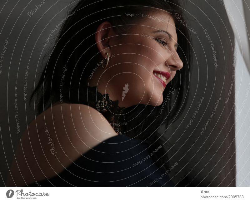 Kristina Raum Gardine feminin Frau Erwachsene 1 Mensch Pullover Schmuck Ohrringe brünett langhaarig beobachten entdecken Lächeln lachen Blick dunkel schön Wärme