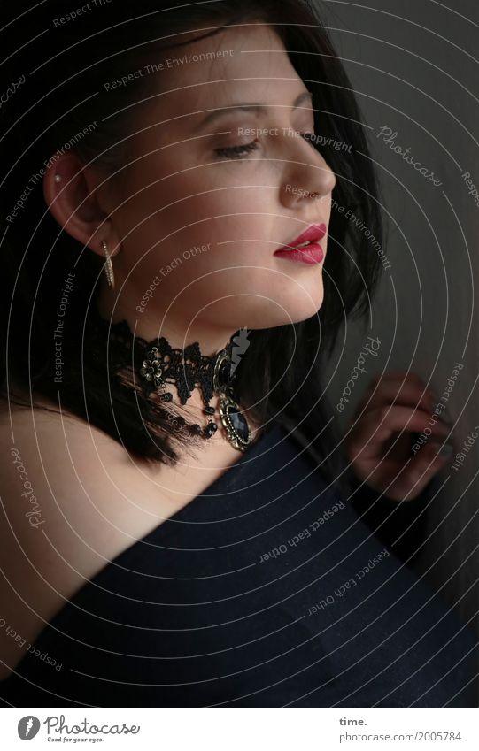 Kristina feminin Frau Erwachsene 1 Mensch T-Shirt Schmuck schwarzhaarig langhaarig beobachten Blick warten schön Lebensfreude selbstbewußt Leidenschaft