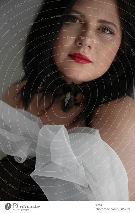 Kristina feminin Frau Erwachsene 1 Mensch Stoff schwarzhaarig langhaarig beobachten festhalten Blick dunkel schön Zufriedenheit selbstbewußt Leidenschaft Schutz