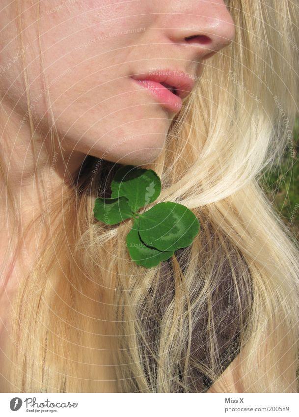 Ein Glückskind Mensch Jugendliche schön Sommer Blatt Gesicht Erwachsene Leben feminin Gefühle Haare & Frisuren Stimmung Zufriedenheit blond Haut