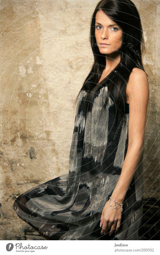 #200592 Lifestyle elegant Stil schön ruhig Mensch feminin Frau Erwachsene Leben Gesicht Arme 1 Mauer Wand Mode Kleid Accessoire Haare & Frisuren langhaarig