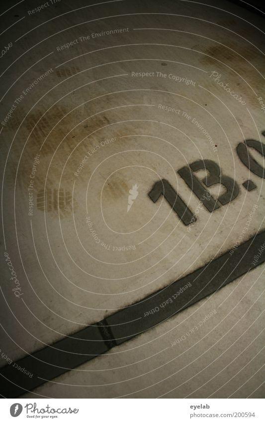 1B.0 Parkhaus Bauwerk Verkehr Verkehrswege Beton Zeichen Schriftzeichen Ziffern & Zahlen Schilder & Markierungen dreckig fest kalt trashig Ordnung Information