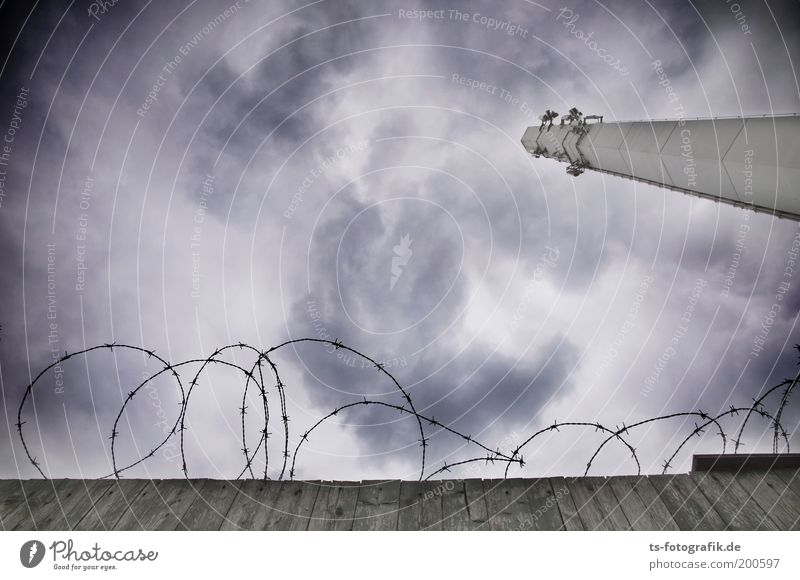 Aschewolke Himmel Wolken dunkel kalt Wand grau Mauer bedrohlich Telekommunikation Turm gruselig Zaun DDR Unwetter Schornstein Antenne