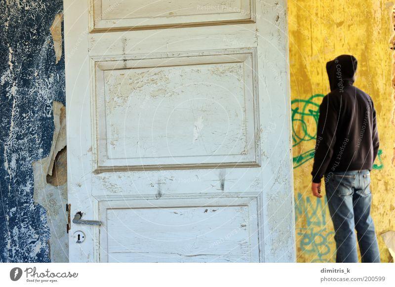 Kapuzenfigur Tapete Raum Mann Erwachsene 1 Mensch Menschenleer Einfamilienhaus Ruine Mauer Wand Tür Graffiti alt dreckig retro trist blau gelb weiß Einsamkeit