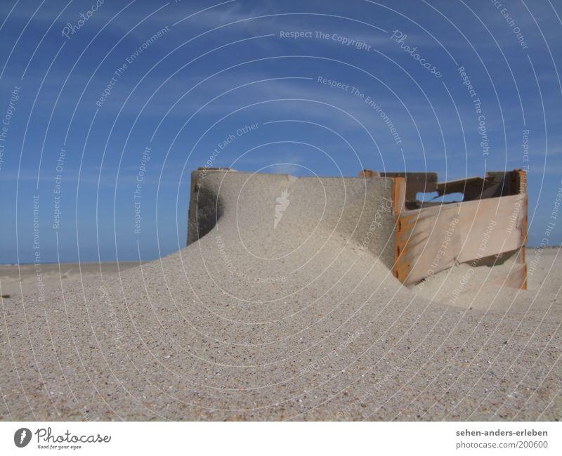 Sandkiste Landschaft Himmel Wolkenloser Himmel Sommer Schönes Wetter Wärme Strand Nordsee Kasten Holz eckig einfach kaputt blau braun grau ruhig Vergangenheit