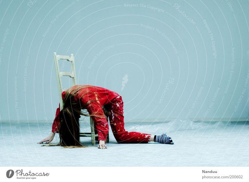 Position 4: Das umgedrehte Faultier. Mensch feminin Junge Frau Jugendliche 1 18-30 Jahre Erwachsene schlafen Arbeitsanzug rot dreckig liegen schlaff Stuhl