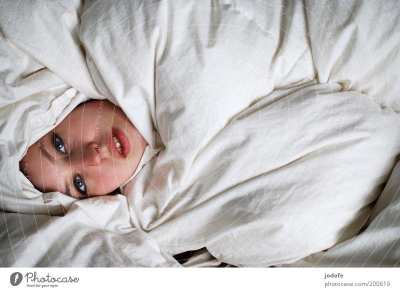 gesicht zeigen Frau Mensch Jugendliche weiß Gesicht feminin Kopf Erwachsene liegen verstecken gemütlich Bettwäsche Bettdecke verborgen Junge Frau