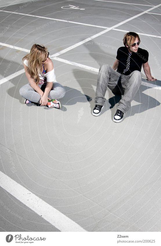 ZWEISAM Lifestyle Stil Freizeit & Hobby Mensch Junge Frau Jugendliche Junger Mann Paar Partner 2 18-30 Jahre Erwachsene Parkhaus Mode Krawatte Erholung genießen