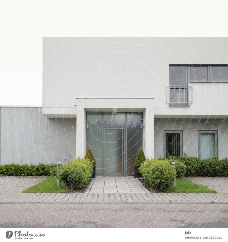 altbau oder halt sowas... Himmel Haus Einfamilienhaus Bauwerk Gebäude Architektur Mauer Wand Fassade Fenster Tür ästhetisch modern grau grün weiß puristisch