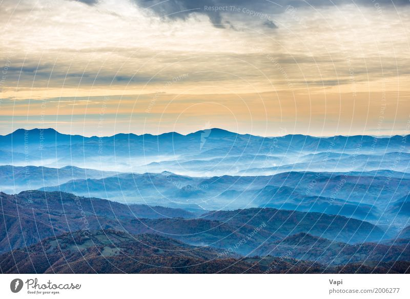 Schöne blaue Berge und Hügel Himmel Natur Ferien & Urlaub & Reisen Sommer Farbe grün weiß Sonne Baum Landschaft Wolken Ferne Wald Berge u. Gebirge schwarz