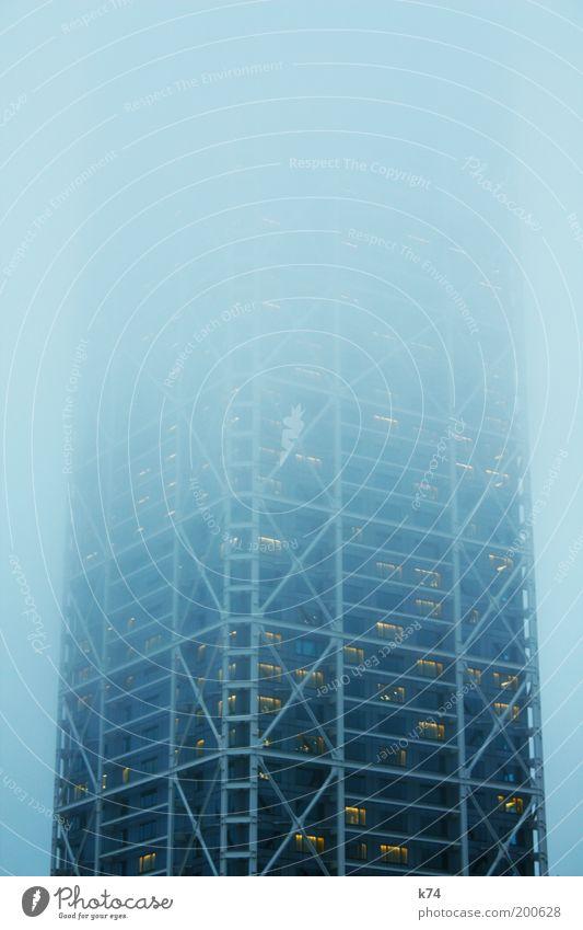 tower II blau dunkel Architektur Gebäude Nebel hoch groß Hochhaus bedrohlich Unendlichkeit geheimnisvoll gruselig gigantisch diffus vage