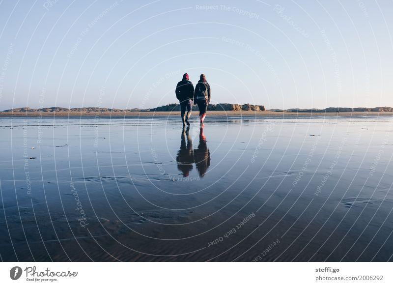 bis zur Unendlichkeit (und noch viel weiter) Mensch Jugendliche Ferne Winter Strand 18-30 Jahre Erwachsene Leben Herbst Liebe Küste feminin Freiheit Paar