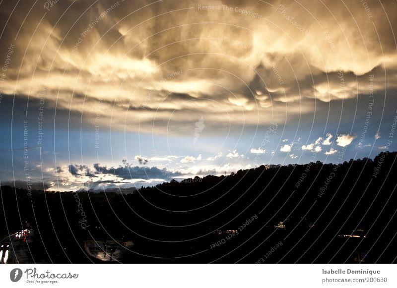 Verdrängung Natur Himmel Wolken Gewitterwolken Sonne Sonnenlicht Wetter Unwetter Regen Wald Stadtrand Verkehrswege Straße blau grau schwarz gefährlich Bewegung
