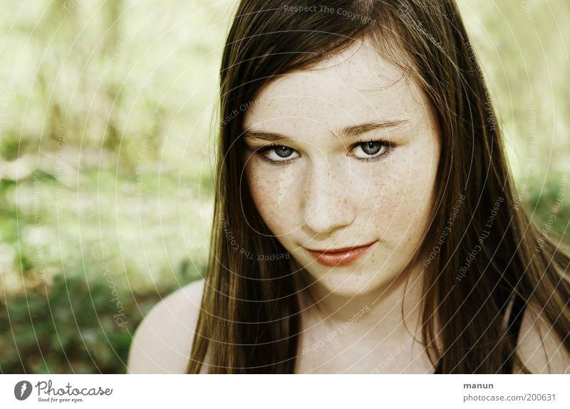 reizbar Lifestyle Junge Frau Jugendliche Gesicht Sommersprossen beobachten Denken Lächeln Traurigkeit warten Gefühle selbstbewußt Coolness Willensstärke Mut