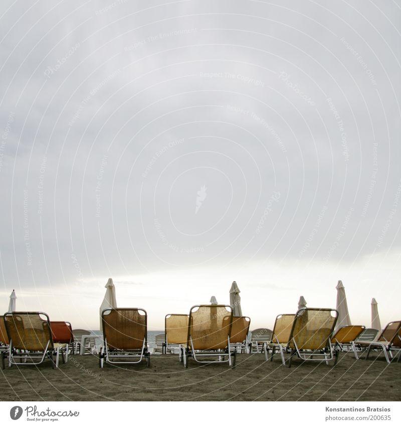 Urlaubswetter??? Himmel Ferien & Urlaub & Reisen Sommer Meer Strand Wolken kalt grau Regen nass Tourismus trist Liege Sonnenschirm Sommerurlaub Erwartung