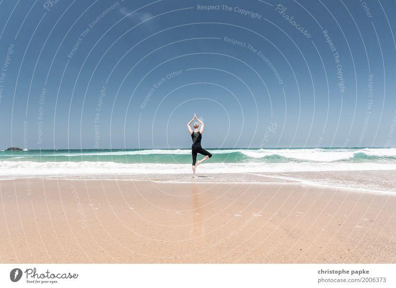 yogi Mensch Ferien & Urlaub & Reisen Jugendliche Junge Frau Sommer Meer Erholung ruhig Strand 18-30 Jahre Erwachsene Leben Bewegung Küste feminin