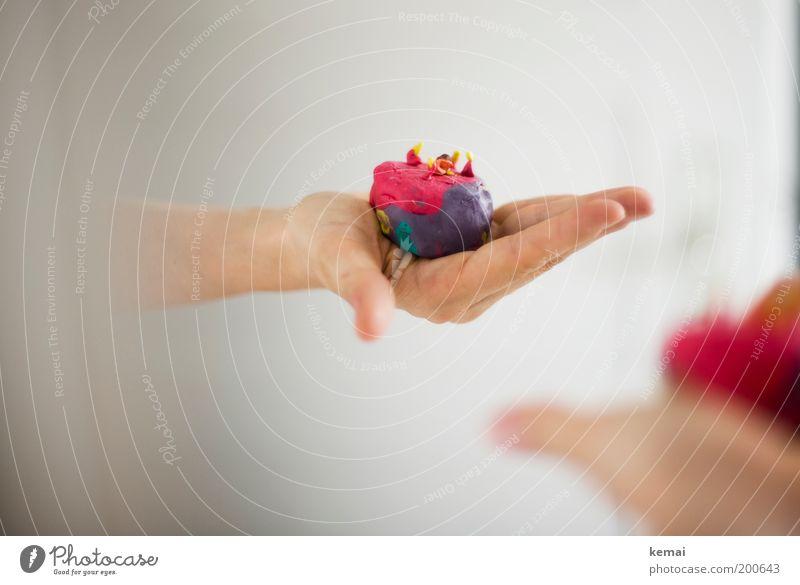 Kuchen für dich Mensch Arme Hand Finger 1 4 Spielzeug Knetmasse selbstgemacht Basteln violett rot schenken geben Spiegel Farbfoto mehrfarbig Innenaufnahme