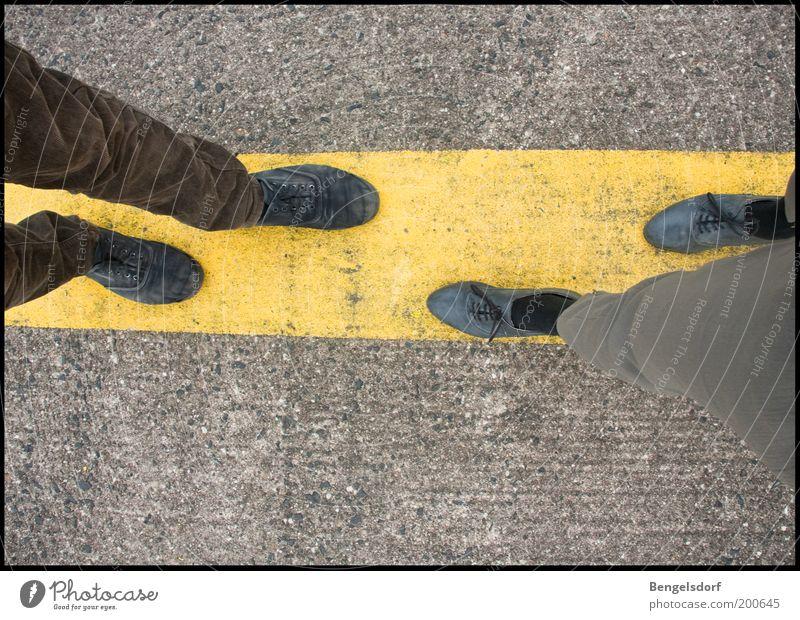 Gespräch Mensch Mann Erwachsene gelb Gefühle grau Glück sprechen Beine Paar Freundschaft Fuß Linie Zusammensein Schuhe Beton