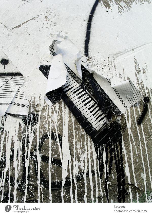 Wandpiano weiß Farbe Klavier Musik Stein Mauer Graffiti Kunst Design Kultur verfallen Klaviatur trashig Fleck Plakat