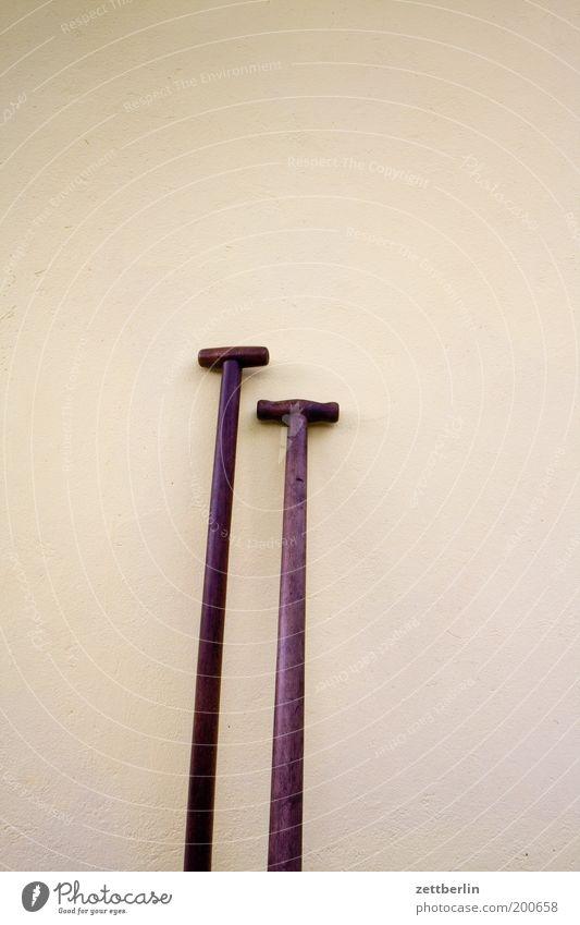 Spaten und Schippe Wand Holz Werkzeug Stock Griff Schaufel Textfreiraum Gebäude Besen Besenstiel Gartengeräte Größenunterschied Holzstab