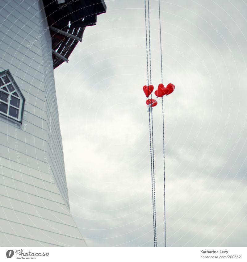 Die Hochzeit der Müllerin Himmel weiß rot Liebe Wolken oben Fenster Freiheit Luft Herz Beginn Hoffnung Luftballon Dach Dekoration & Verzierung Zeichen