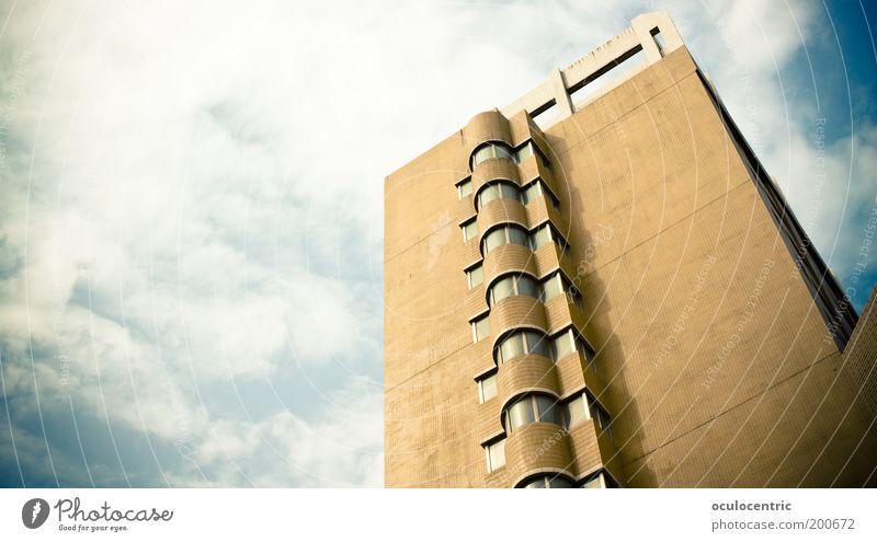 Wohnsiedlung in Schilda Himmel blau Stadt Wolken oben Fenster hell braun Architektur groß Hochhaus Fassade retro Aussicht einfach