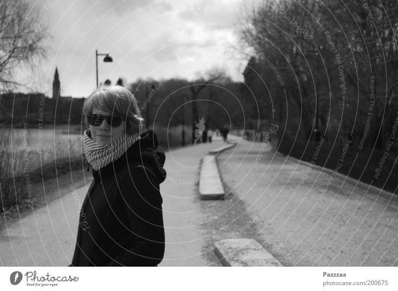 Maria, Helsinki. Mensch Jugendliche Erwachsene Erholung Wege & Pfade See Park 18-30 Jahre Spaziergang Junge Frau Hauptstadt Sonnenbrille Schal Fußgänger