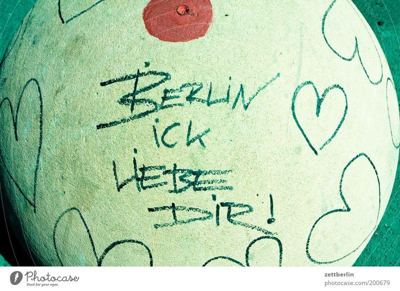 BERLIN ICK LIEBE DIR! Stadt Liebe Berlin Graffiti Herz Beton Schriftzeichen Information Häusliches Leben Stadtteil Hauptstadt Bodenbelag Mitteilung Barriere