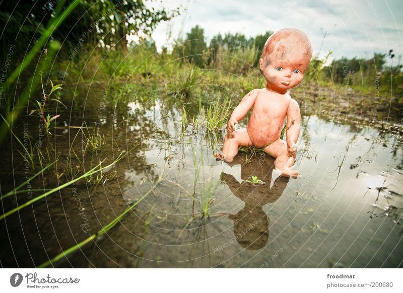 puppenphobie Wasser Spielzeug Puppe sitzen bedrohlich gruselig trashig Angst bizarr skurril Surrealismus träumen Verfall Vergangenheit Vergänglichkeit