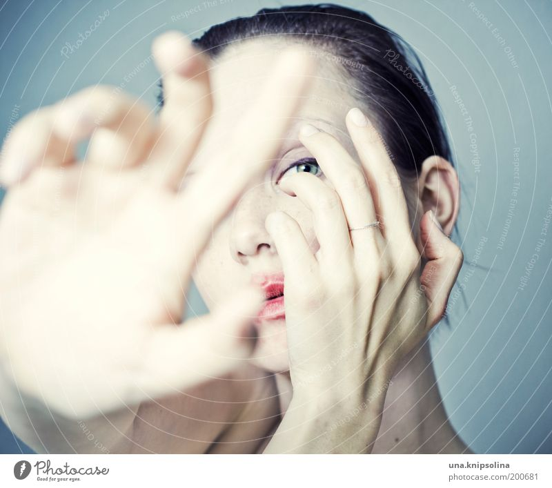 turn back time Mensch Frau Jugendliche Hand schön Erwachsene feminin Traurigkeit Mund Haut Junge Frau Finger 18-30 Jahre Lippen rein Kosmetik