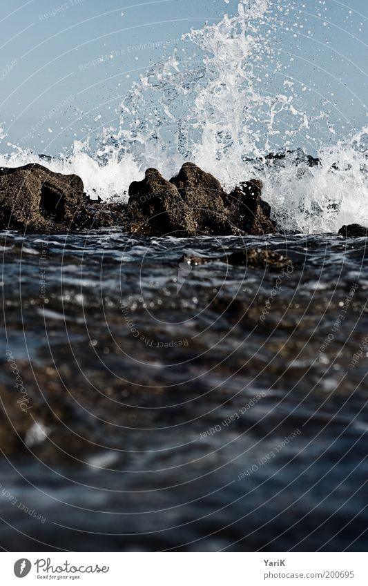 dark sea Wasser Wassertropfen Himmel Wind Sturm Wellen Küste Bucht Meer Aggression zügellos Wasserspritzer Kollision Gischt unruhig dunkel bedrohlich Unwetter