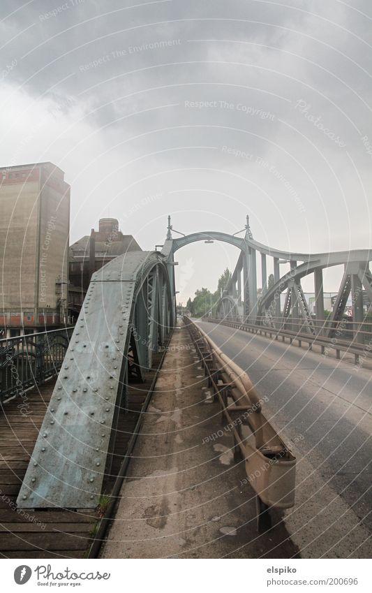 I am Legend Stadt Brücke Nebel Nebelschleier Stahl Stahlträger Asphalt Wolken Himmel Übergang unheimlich grau Farbfoto Gedeckte Farben Außenaufnahme