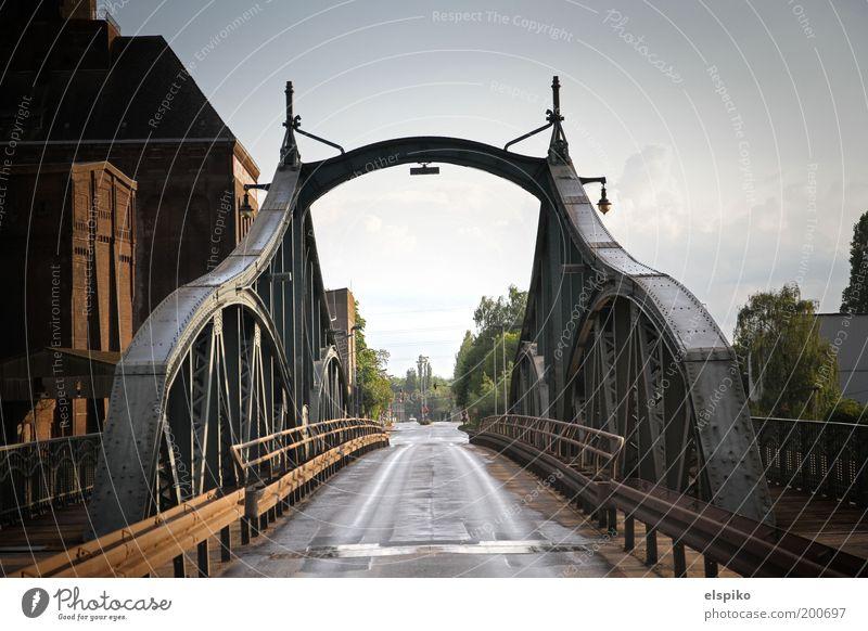 I am Legend an einem sonnigen Tag Stadt Menschenleer Brücke Asphalt Stahl Stahlträger Übergang Farbfoto Gedeckte Farben Außenaufnahme Schatten Kontrast