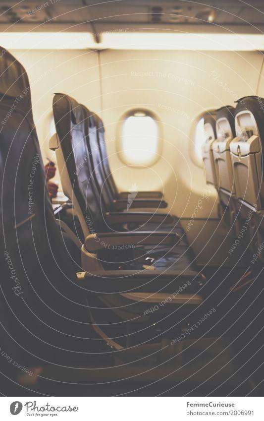 Sitzreihe. Verkehr Verkehrsmittel Verkehrswege Ferien & Urlaub & Reisen Luftverkehr Flugzeug Flugzeugfenster Flugzeugsitz leer Raum Stuhllehne Gang