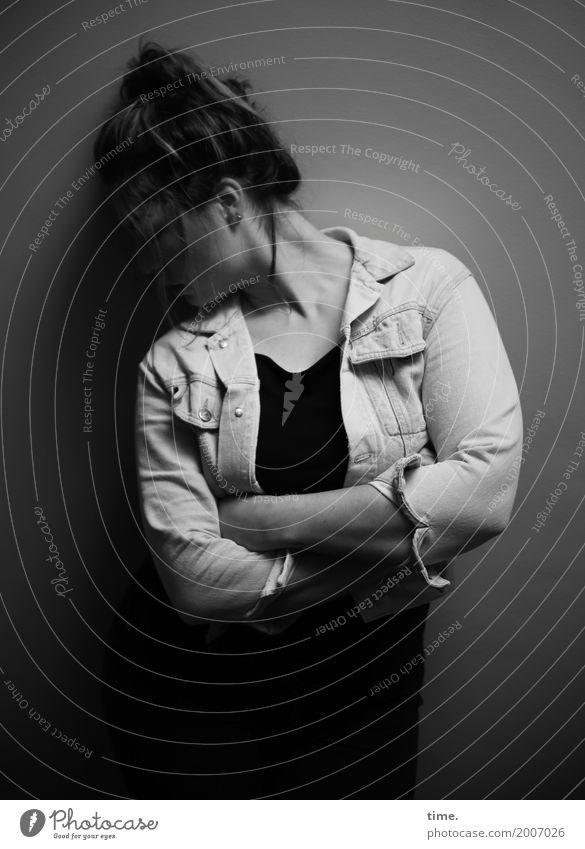 Anne feminin Frau Erwachsene 1 Mensch Mauer Wand Jacke Haare & Frisuren brünett langhaarig Zopf festhalten stehen dunkel schön selbstbewußt Verschwiegenheit