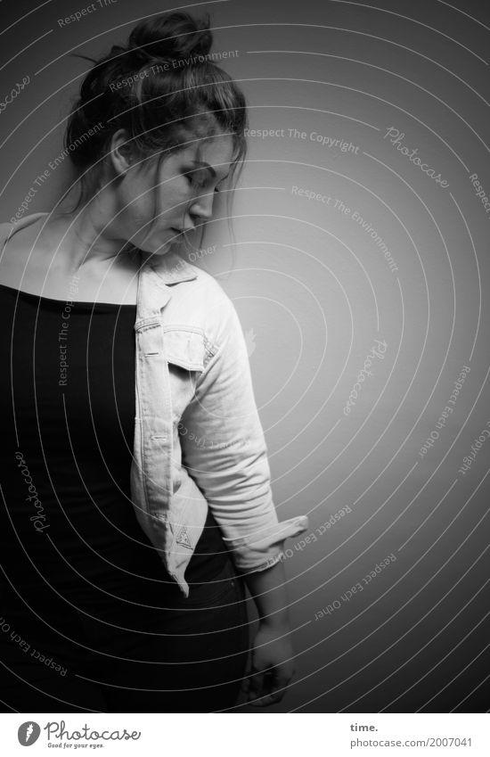 Anne feminin Frau Erwachsene 1 Mensch T-Shirt Jacke brünett langhaarig beobachten Blick stehen warten dunkel schön Zufriedenheit selbstbewußt Leidenschaft