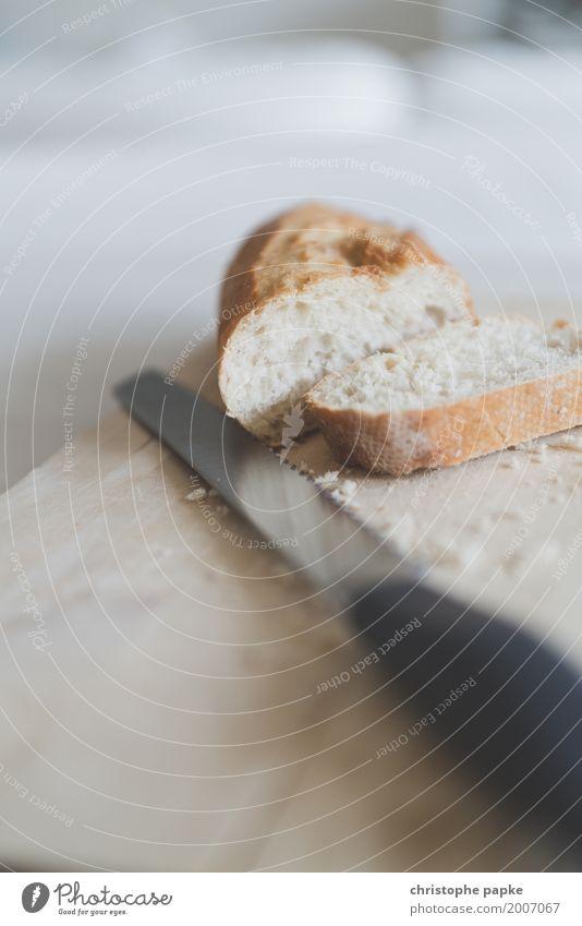 Geht weg wie geschnitten Brot Lebensmittel Ernährung frisch Holzbrett Frühstück Messer Scheibe Krümel Baguette Weißbrot