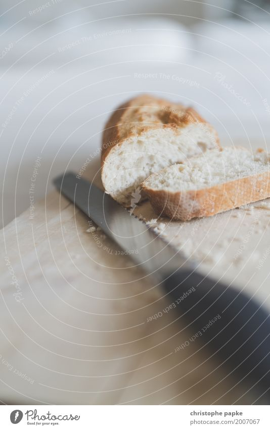 Geht weg wie geschnitten Brot Lebensmittel Ernährung Frühstück Messer frisch Holzbrett Weißbrot Baguette Scheibe Krümel Tisch brotmesser Farbfoto