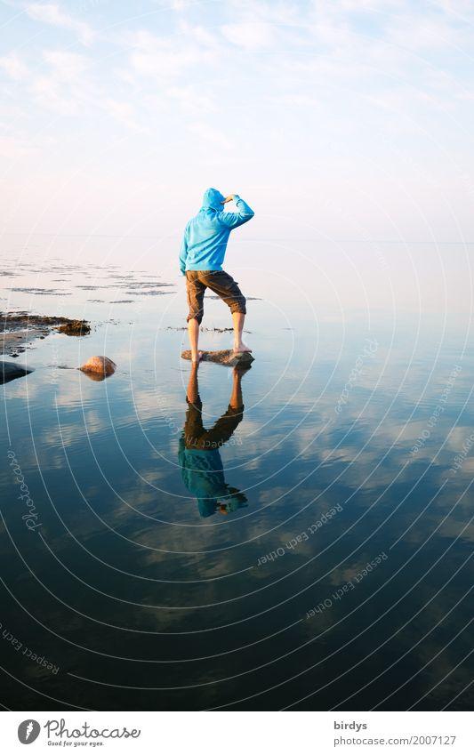 in die Zukunft schauen harmonisch maskulin Junger Mann Jugendliche Erwachsene 1 Mensch Natur Wasser Himmel Horizont Frühling Küste Ostsee Meer Kapuzenpullover