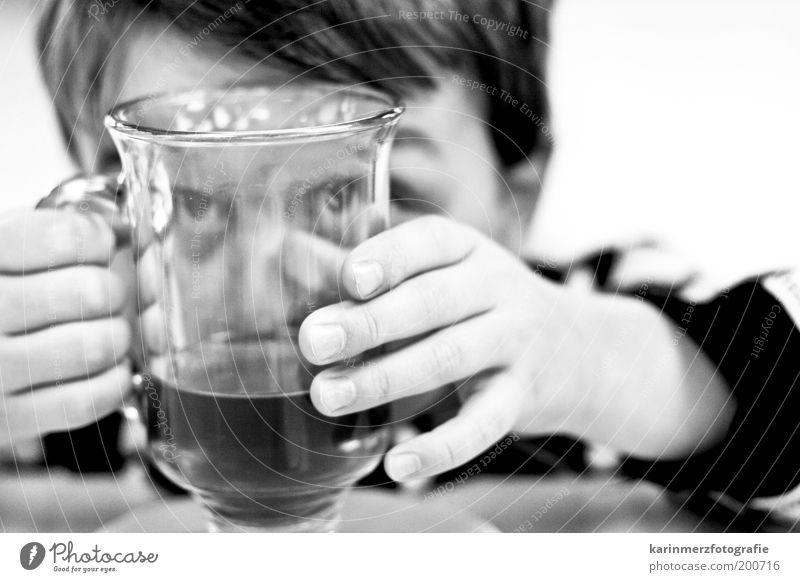 Kaffeesatz lesen Mensch Kind Hand Freude Auge Spielen lustig Glas maskulin Finger Fröhlichkeit trinken Tee natürlich Neugier Kindheit