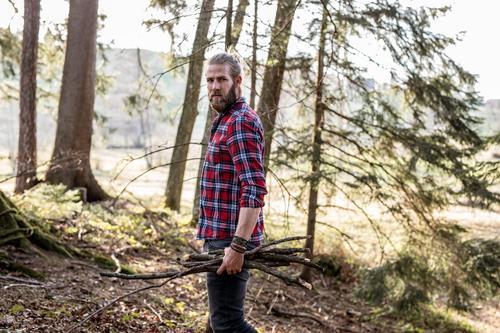 Holz Mensch Natur Jugendliche Mann Junger Mann Landschaft Wald 18-30 Jahre Erwachsene Umwelt natürlich maskulin Ast nachhaltig ansammeln