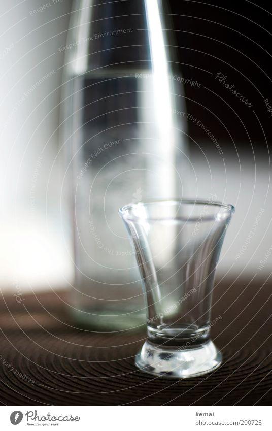 Lieblingsgetränk Platzset Getränk Alkohol Spirituosen Flasche Glas braun Alkoholsucht leer Transparente Mirabellenwasser Farbfoto Gedeckte Farben Innenaufnahme
