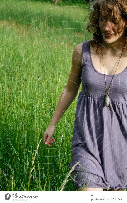 try Mensch Natur Jugendliche grün Freude Erholung Wiese feminin Gras Bewegung Garten Glück träumen Erwachsene gehen