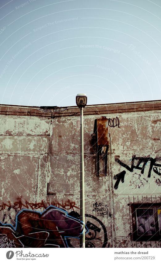 RÄUDIG Stadt Menschenleer Haus Gebäude Mauer Wand Fassade alt außergewöhnlich dreckig kalt Graffiti Jugendkultur verfallen trist Linie Pfeil Betonwand Himmel