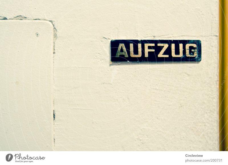Von einem Mann, der Aufzug das Fürchten zu lernen alt weiß schwarz gold Schilder & Markierungen ästhetisch Schriftzeichen Häusliches Leben retro Zeichen Flur