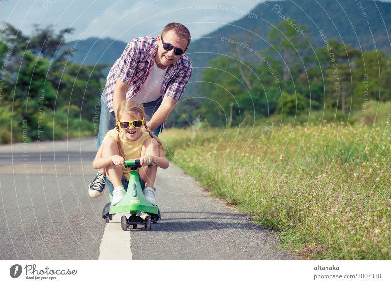 Vater und Tochter, die auf der Straße zur Tageszeit spielen. Lifestyle Sommer wandern Mensch Kind Mädchen Mann Erwachsene Familie & Verwandtschaft 2 3-8 Jahre