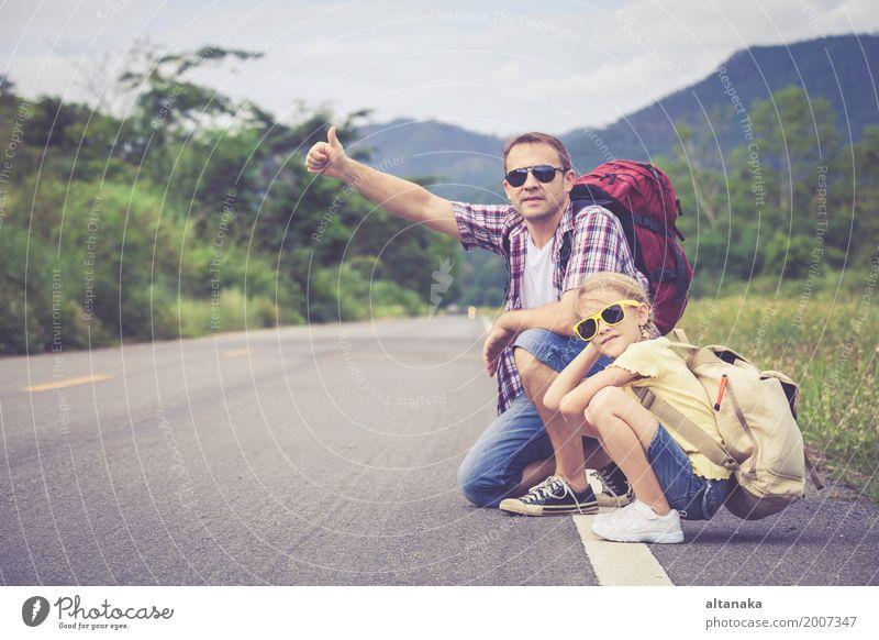 Vater und Tochter, die auf die Straße zur Tageszeit gehen. Mensch Kind Natur Ferien & Urlaub & Reisen Mann Sommer Freude Mädchen Berge u. Gebirge Erwachsene