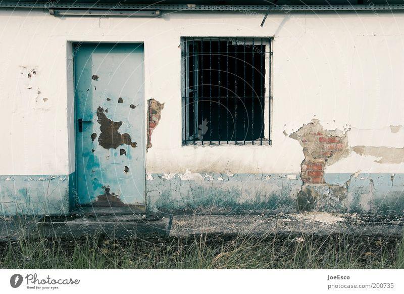 yes we're open! alt Ferien & Urlaub & Reisen kalt dunkel Fenster Gebäude Tür dreckig Wohnung kaputt trist verfallen Bauwerk Hütte trashig Ruine